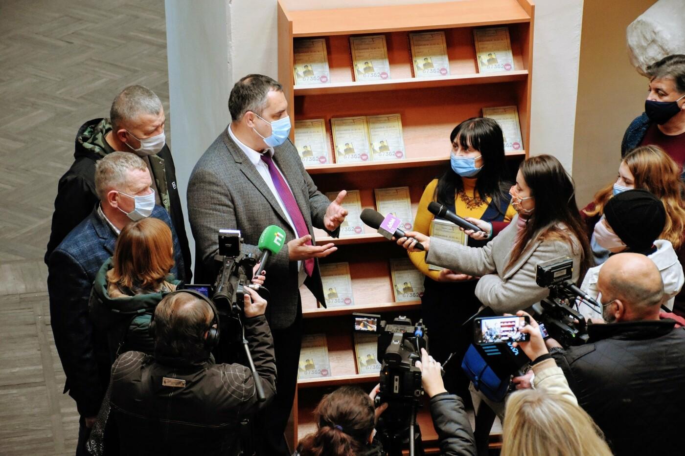 В Северодонецк привезли 600 экземпляров запрещенной книги о Стусе, фото-2
