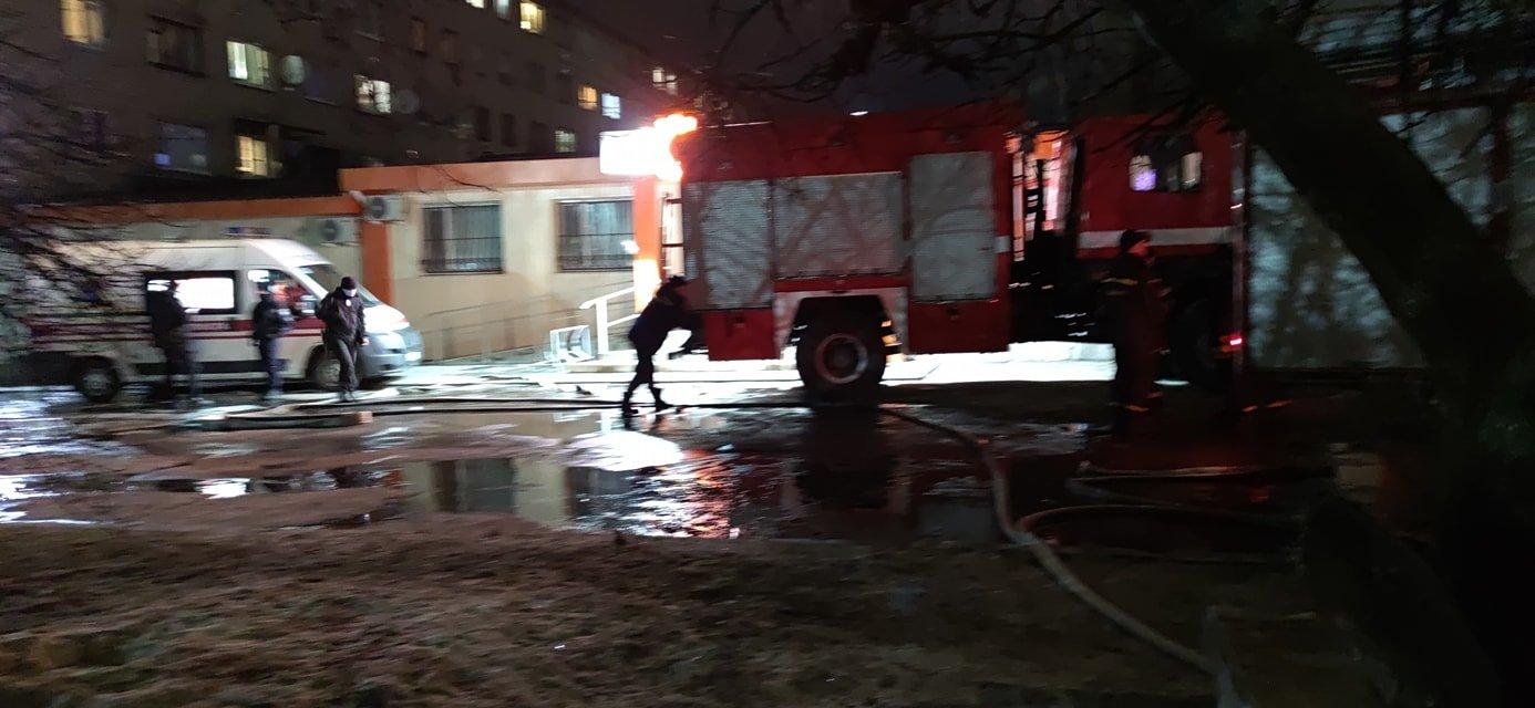 В Северодонецке во время пожара в общежитии пострадал мужчина (фото, видео) , фото-2
