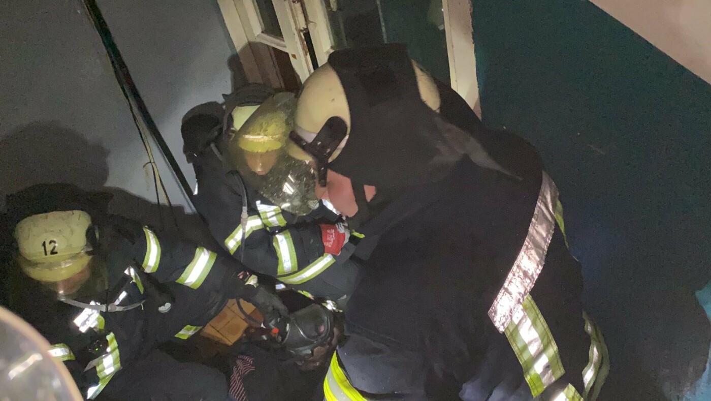 В Северодонецке во время пожара в общежитии пострадал мужчина (фото, видео) , фото-4