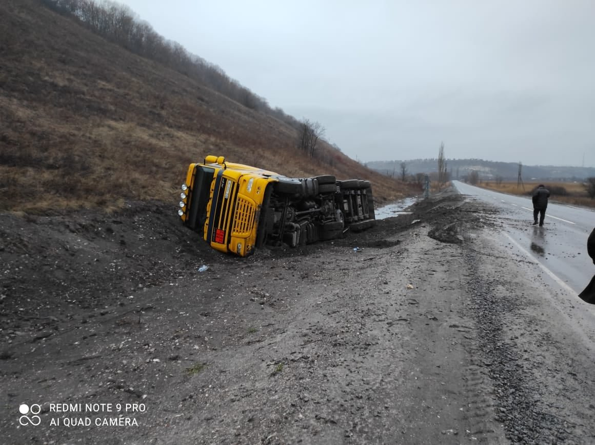 На трассе Северодонецк-Новоайдар перевернулся грузовик. Есть пострадавший, фото-1