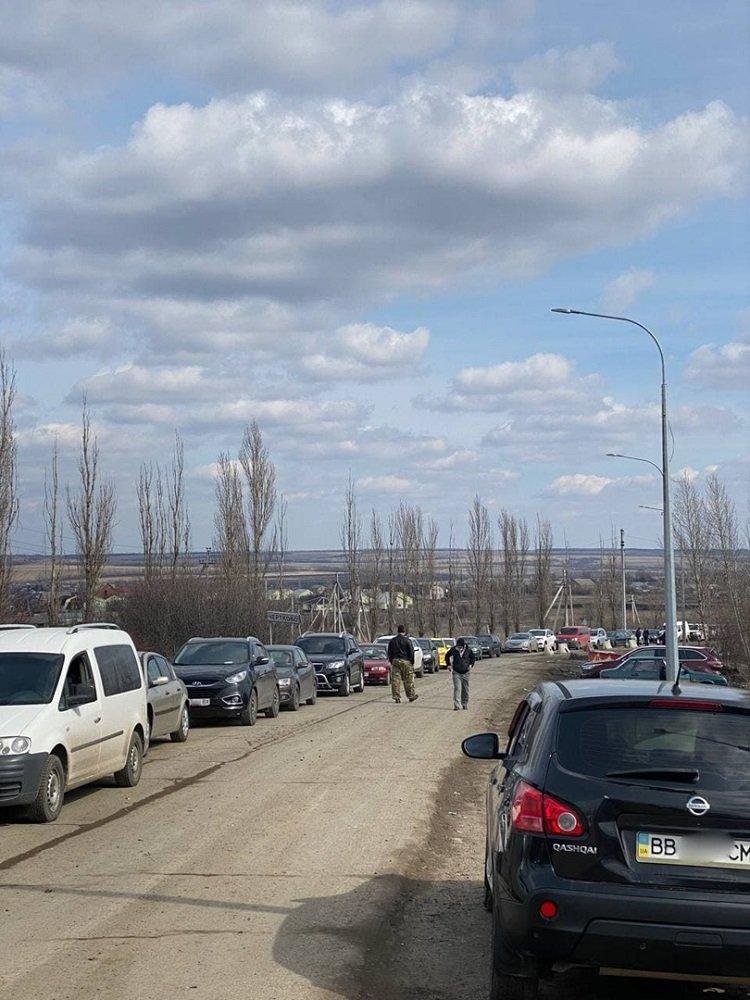 На границе Украины с РФ в Луганской области образовались огромные очереди (фото) , фото-1