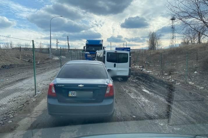 На границе Украины с РФ в Луганской области образовались огромные очереди (фото) , фото-2
