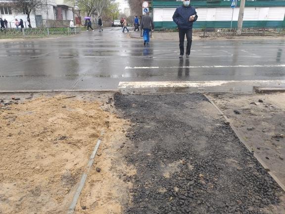 Ситуацию с повреждёнными после дождя тротуарами в Северодонецке решили исправить песком, фото-2