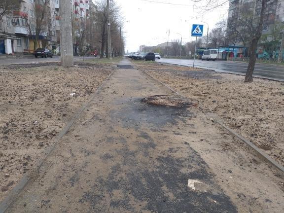 Ситуацию с повреждёнными после дождя тротуарами в Северодонецке решили исправить песком, фото-3