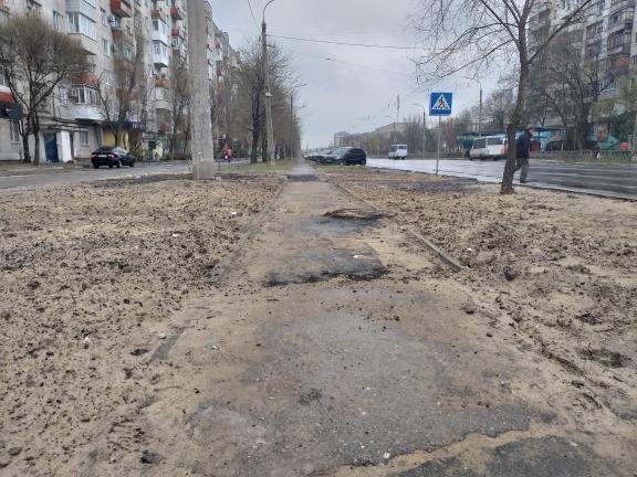 Ситуацию с повреждёнными после дождя тротуарами в Северодонецке решили исправить песком, фото-4