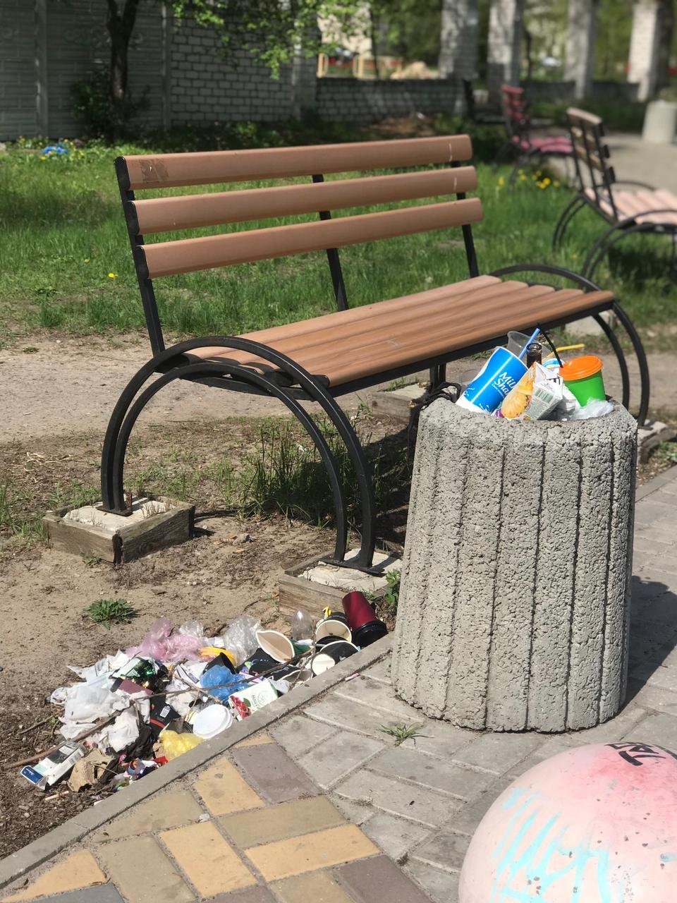 Мусор на территории Паркового озера после майских праздников, 2021 год, Ярослав Шульга
