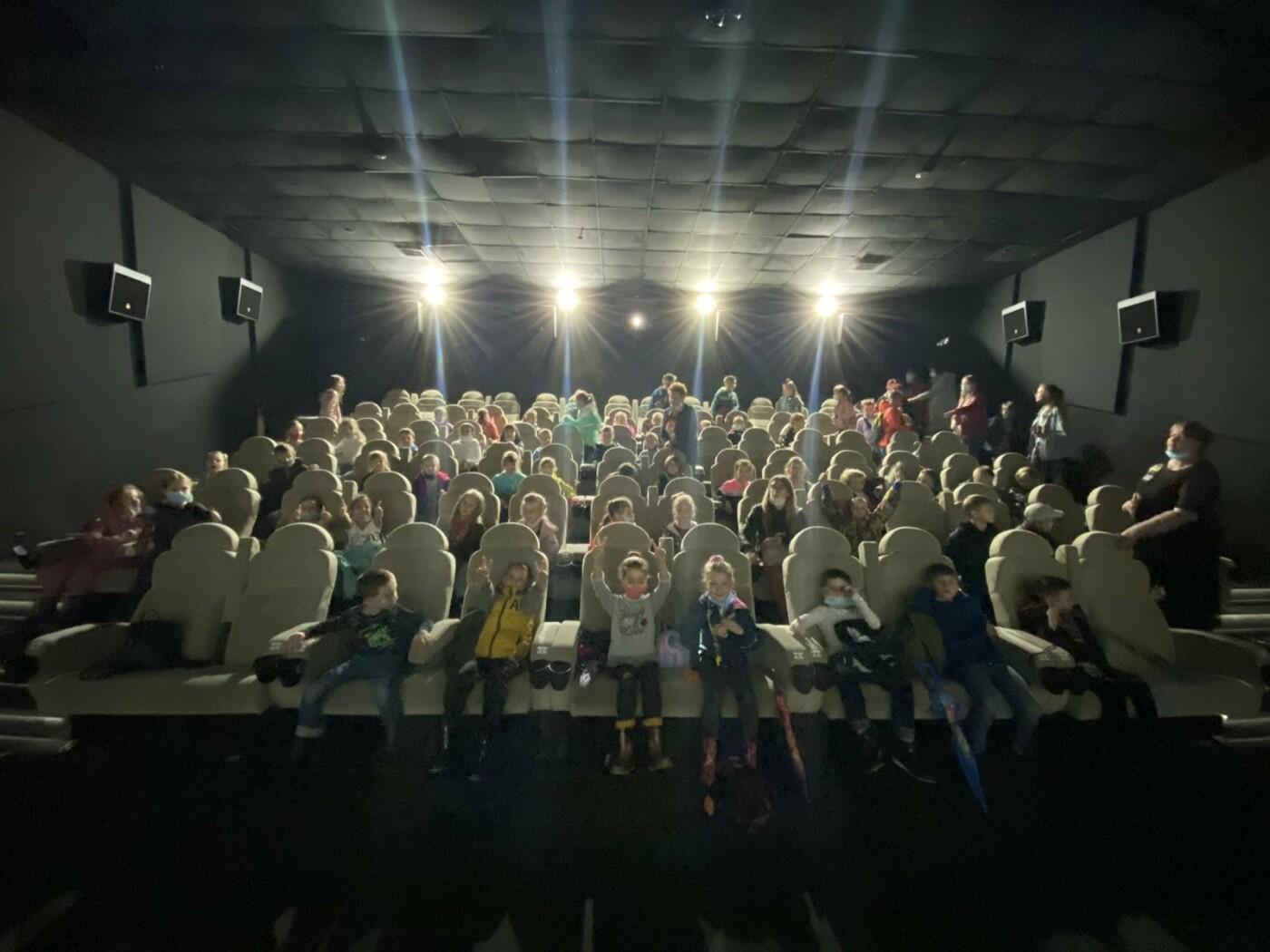"""Дети пришкольного лагеря в Северодонецке посетили показ мультфильма """"Академия магии"""" в кинотеатре."""