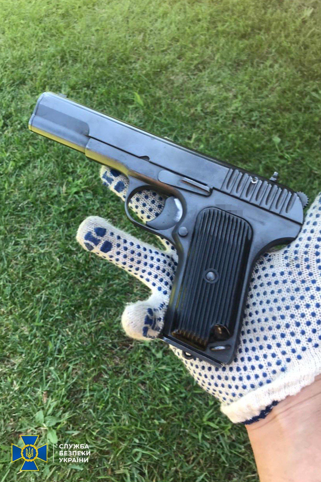 Гранаты, пистолеты, тротил: житель Луганщины скрывал тайник с боеприпасами, фото-2